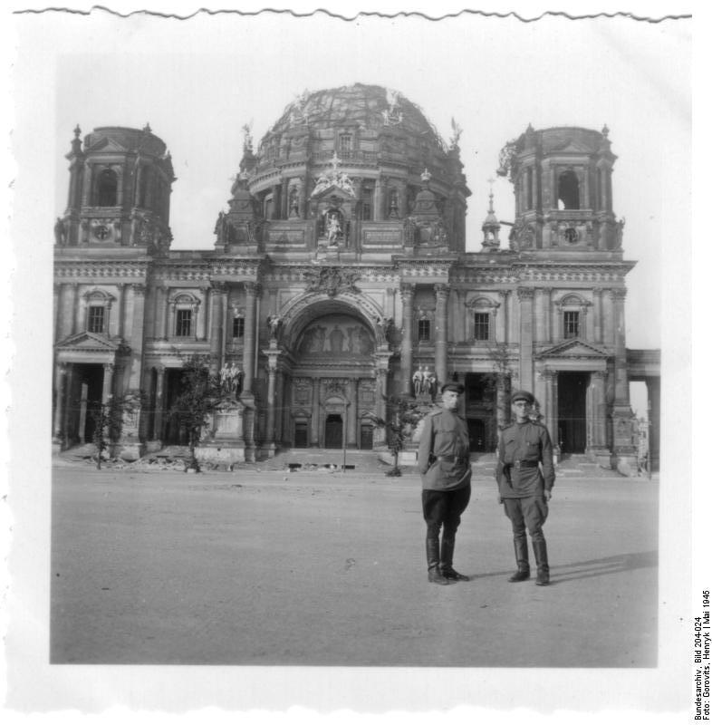 Berlin, sowjetische Soldaten vor Berliner Dom